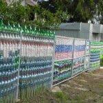 Дачный забор из подручных средств – бутылок, покрышек, бруса